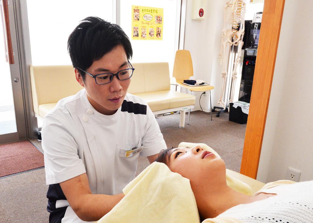 きたなか整骨院 ハローズ夢前台院の産後の顎関節矯正の施術の様子